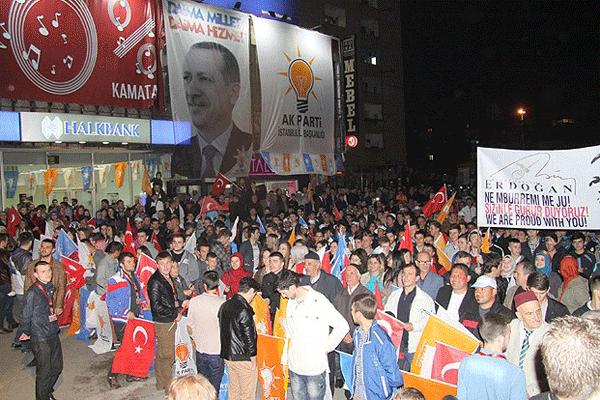 Üsküp'teki seçim kutlamalarına Başbakan Erdoğan sürprizi