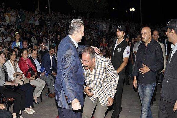 Zonguldak'a konser vermek için gelen Fatih Kısaparmak'ın şaşırtan hareketi!