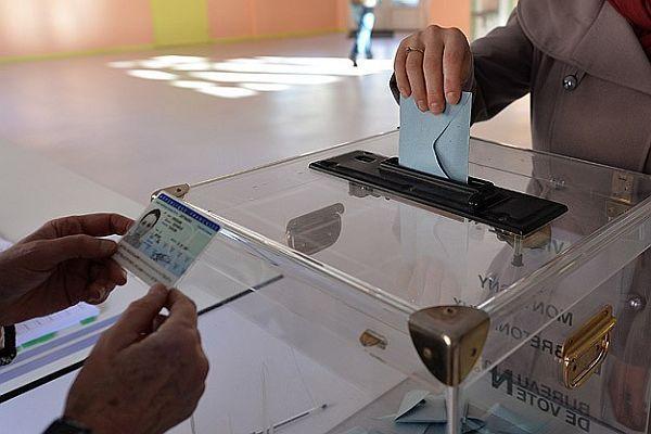 Fransa'da seçimlerinin galibi merkez sağ oldu