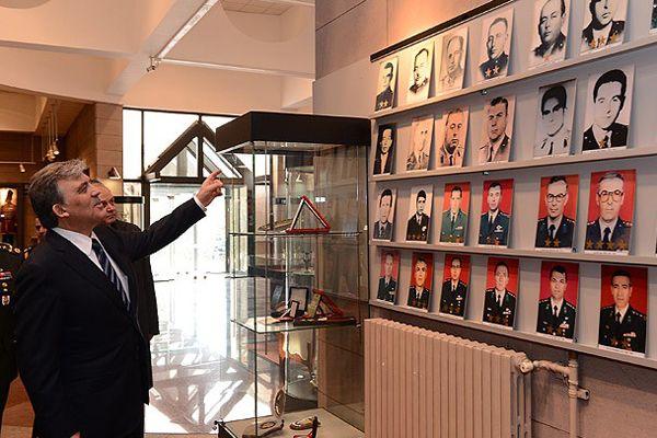 Gül'den Cumhurbaşkanlığı Muhafız Alayı'na ziyaret