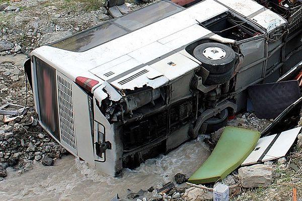 Haiti'de yolcu otobüsü uçuruma yuvarlandı, 17 ölü