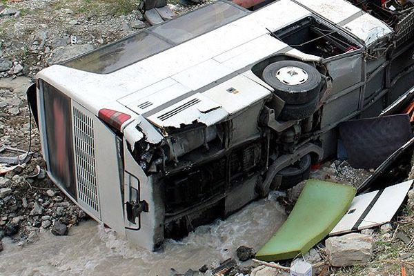 İşçileri taşıyan minibüs üst geçitten düştü, 3 ölü, 14 yaralı