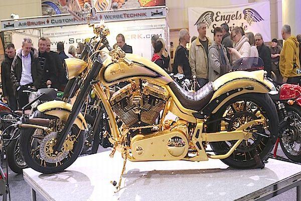 Bu motosiklet 24 ayar som altından