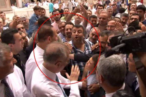 Ekmeleddin İhsanoğlu'na darbe protestosu