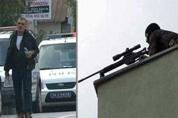 Polisin silahını alan bir kişi dehşet saçtı