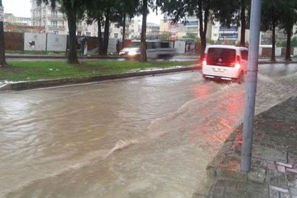 İzmir'de yağmur yağışı sokakları göle çevirdi