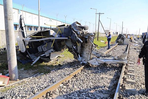 Mersin'de yolcu treni servis minibüsüne çarptı, 9 ölü