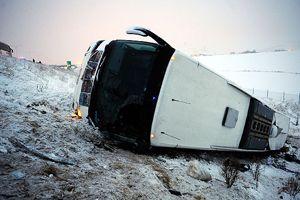 Yolcu otobüsü devrildi, 43 yaralı
