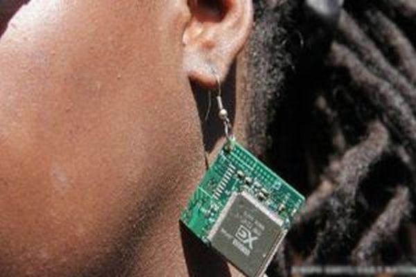 Kenyalı genç e-atıkları takıya dönüştürüyor