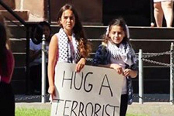 Dünya bu iki küçük kızı konuşuyor, 'Bir teröriste sarılın'