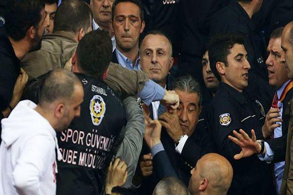 Fenerbahçeli yönetici Mahmut Uslu'ya yumruklu saldırı- İZLE