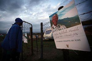 Mandela doğduğu köyde toprağa verildi