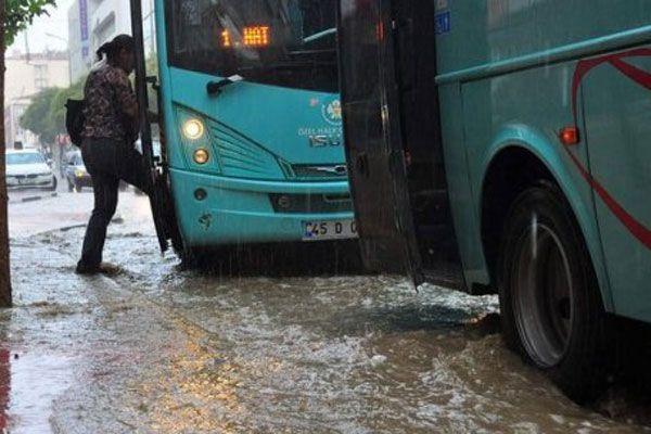Manisa'da şiddetli yağış vatandaşlara zor anlar yaşattı