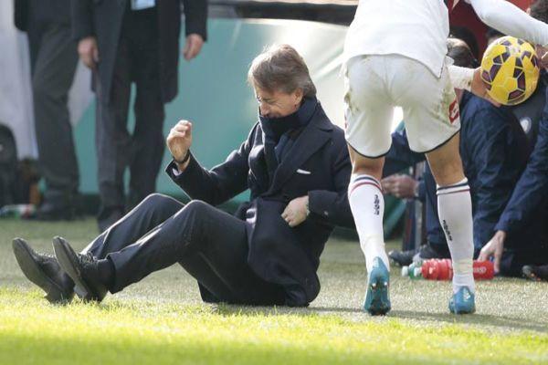 Roberto Mancini suratına gelen şutla yere serildi