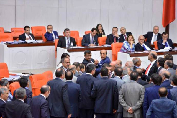 TBMM'de olay! HDP'li vekil Ak Partili Canikli'nin üzerine yürüdü