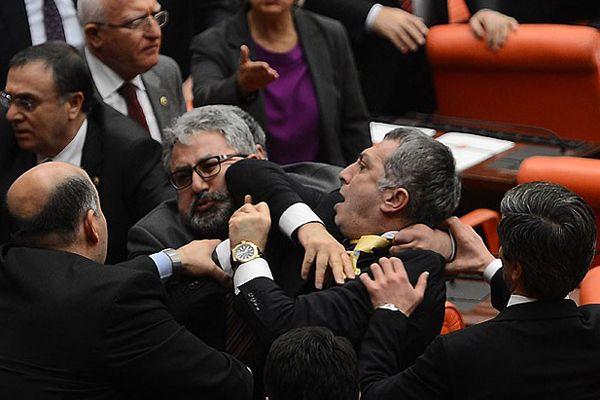 Meclis'te yine yumruklar konuştu