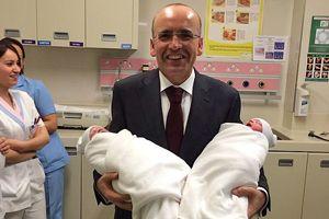Maliye Bakanı Mehmet Şimşek ikiz babası oldu