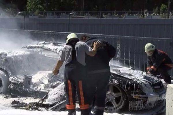 Mezarlık ziyaretindeki ailenin lüks otomobili yandı