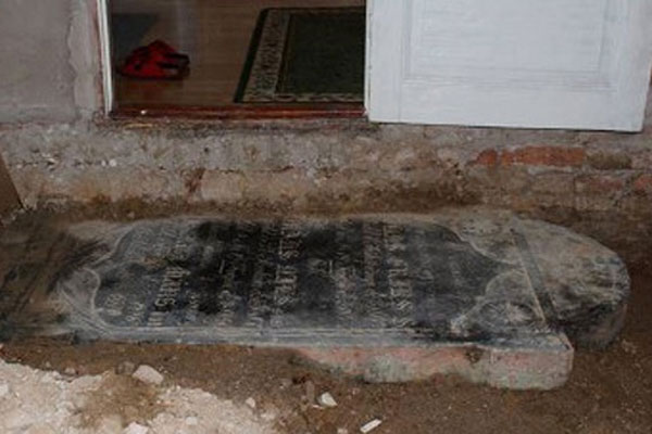 Doğalgaz kazısında tarihi mezar taşı bulundu