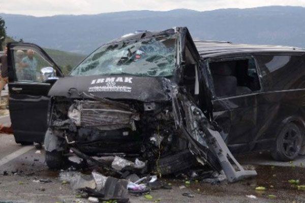 Minibüs üst geçide çarptı, 2 ölü, 3 yaralı
