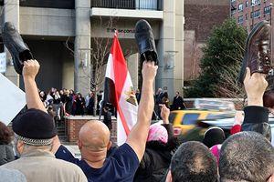 Mısırlılardan referanduma 'ayakkabılı' protesto