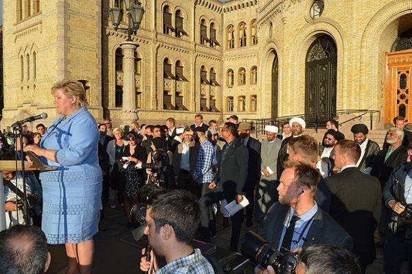 Norveç Başbakanı IŞİD protestosunda Hadis-i Şerif okudu