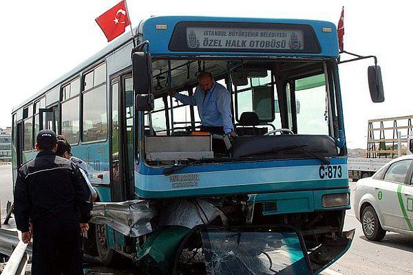 İstanbul'da özel halk otobüsü kaza yaptı, 11 yaralı