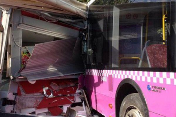 İstanbul'da otobüs durağa çarptı!