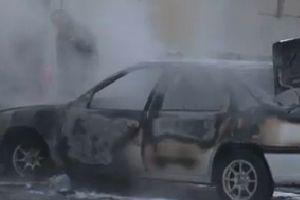 Otomobil, park edilirken bir anda yandı