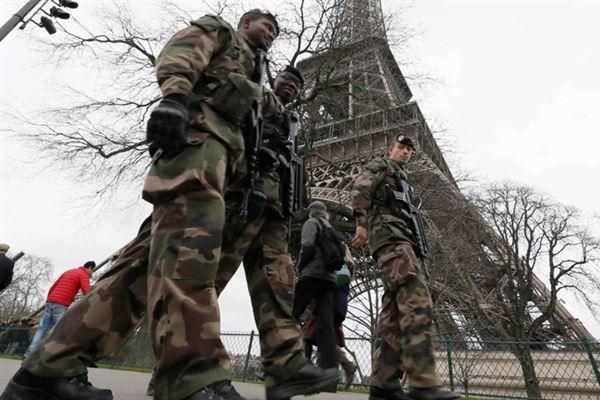 Paris sokaklarında askeri birlikler görevlendirildi