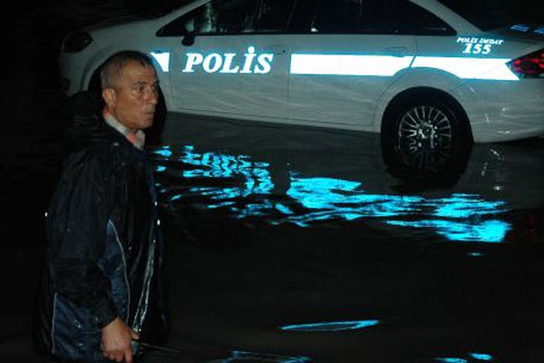 Sele kapılan polisler böyle kurtarıldı