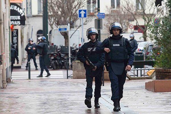 Polis Paris'teki sinagogu boşalttı