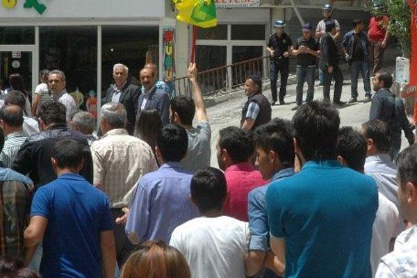 Eylemcilerin arasında kalan polis linç ediliyordu