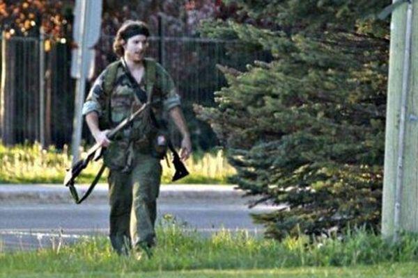 'Rambo' kıyafetli saldırgan 3 polisi öldürüp kaçtı
