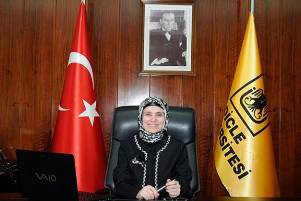 Türkiye'nin ilk başörtülü rektörü