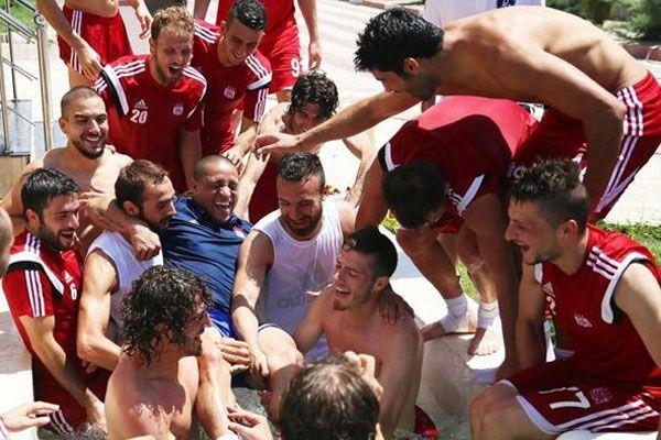 Roberto Carlos'u havuza attılar
