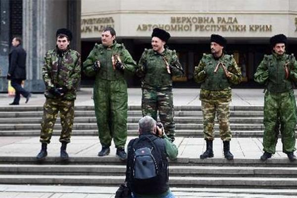 Gerginlik büyüyor, askerler parlamento binasını kuşattı
