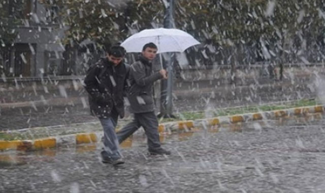 Bolu'da yağmur yerini kar yağışına bıraktı