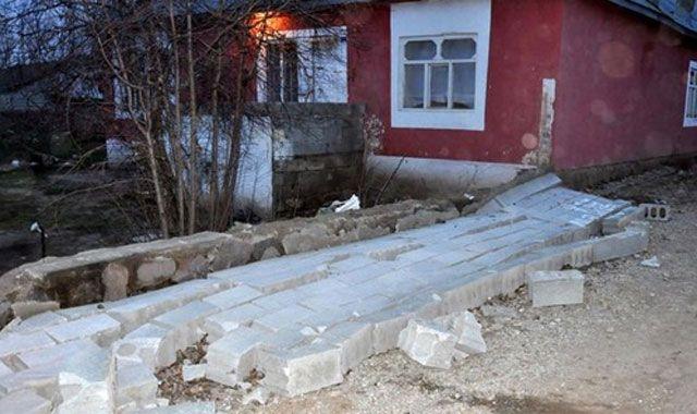 Şiddetli rüzgar evlerin çatısını uçurdu