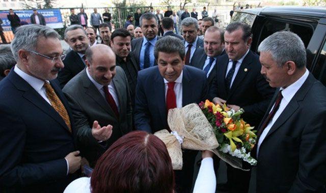Mahmut Tevfik Göksü çiçeklerle karşılandı