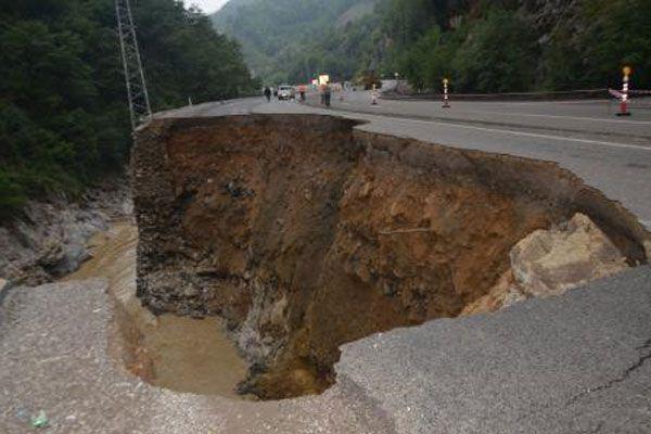 Sel suları yolu yuttu
