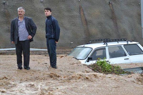 Sel araçları sürükleyerek çamura sapladı