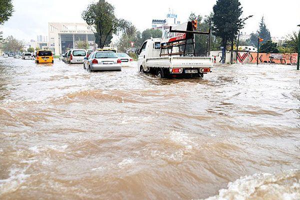 Antalya'da eğitime yağış engeli