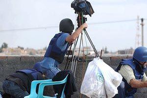Suriye'deki savaş gazetecileri de vurdu