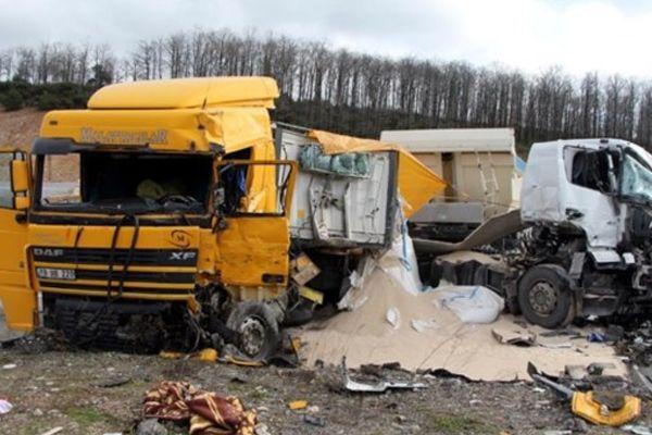 TIR ile kamyon çarpıştı, 1 ölü 2 yaralı