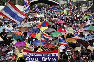Tayland'da göstericiler yolları trafiğe kapattı