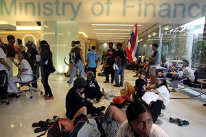 Tayland'da göstericiler Maliye Bakanlığı'na girdi