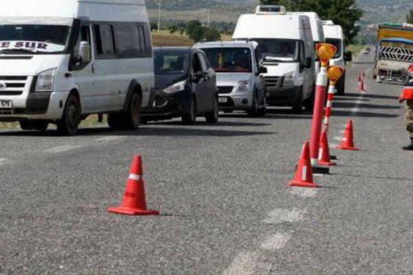 Teröristler araçları rehin aldı