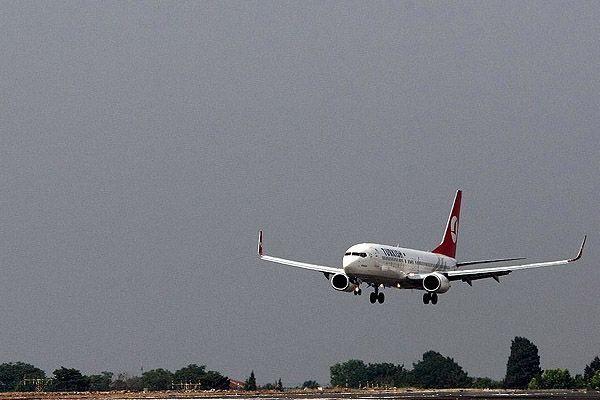 THY'e ait yolcu uçağı piste geri döndü