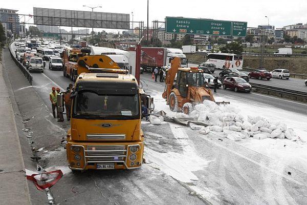TEM'de TIR devrildi, trafik felç oldu